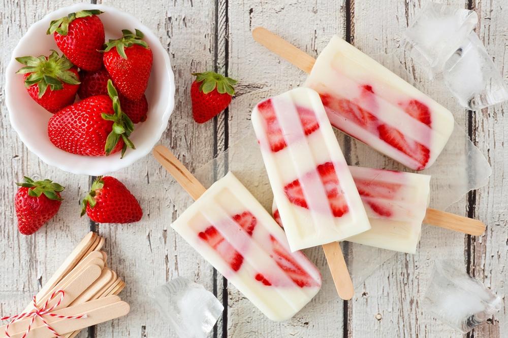 Другой интересный вариант подачи мороженого из йогурта с клубникой.